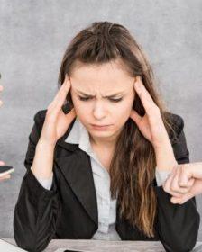 Mujer estresada por las finanzas