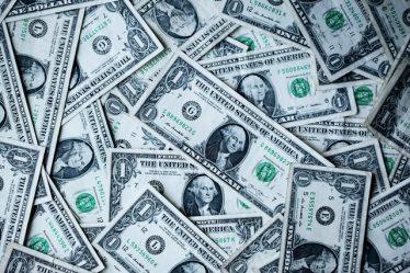 Descubre cuáles son las monedas que valen más que el dólar americano